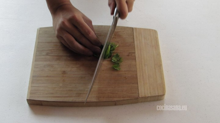 Picar el cilantro muy finamente para añadir al momento de servir a la sopa.