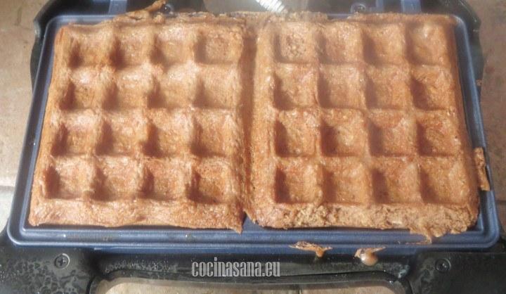 Verter la masa en la wafflera no te olvides de barnizar bien con un poco de aceite o mantequilla la wafflera para evitar que se peguen