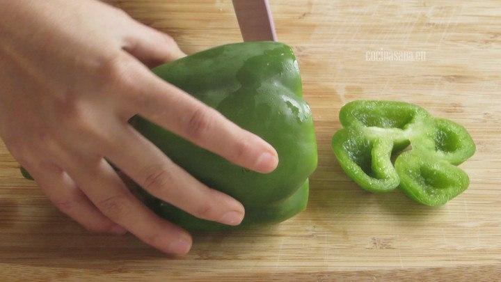 Cortar el Pimiento primero por la parte superior y retirar las semillas y venas, después partir a lo largo y cortar en tiras.