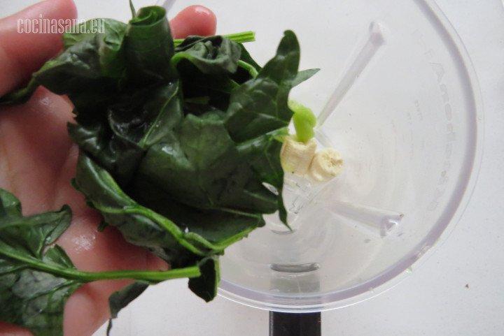 Añadir las Espinacas en trozos recuerda retirar el tallo y lavar muy bien si no utilizas espinacas
