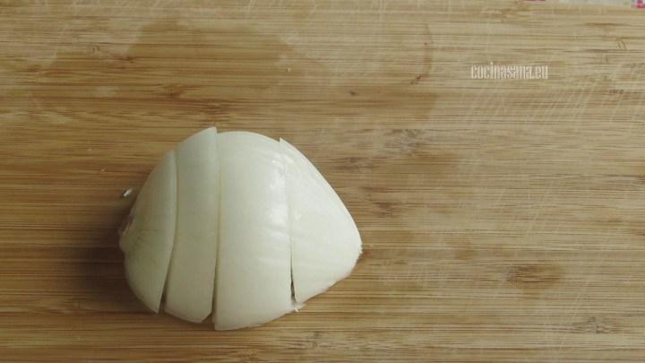 Cortar la Cebolla o picar la cebolla en cuartos tienen que quedar trozos grandes.