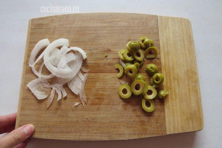 Picar las Aceitunas en tiras finas, si no quieres que su sabor sea predominante también la puedes picar muy finamente, rebanar en rodajas las aceitunas.