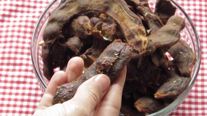 Retirar las semillas del tamarindo para hacer esto más fácil usa un cuchillo pequeño, no es necesario retirar todas las semillas para que le de textura al dulce.