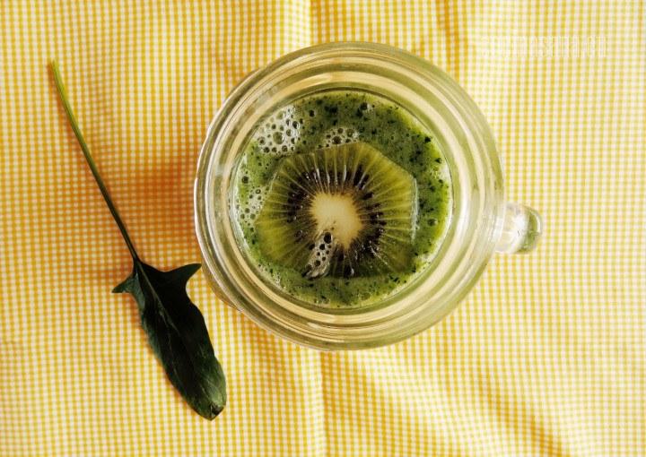 Smoothie de Kiwi y Espinaca con banana o plátano para darle un toque dulce un poco de miel es una bebida muy refrescante y nutritiva.