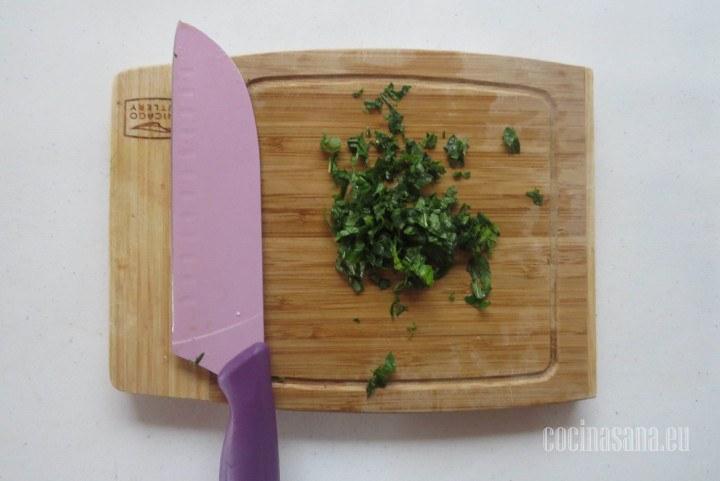Picar la hierbabuena finamente, si no consigues la hierbabuena también puedes utilizar la menta como sustituto que también es muy refrescante.