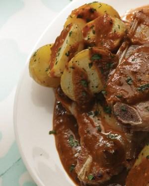 chuletas-de-cerdo-en-salsa-pasilla