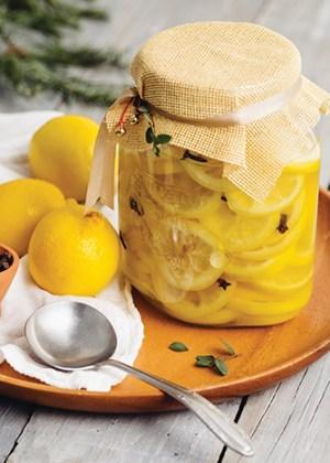 Conserva de limón amarillo con clavos de olor