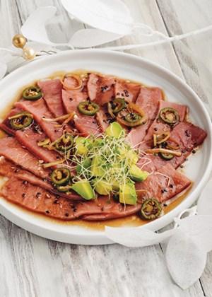 sashimi de atún con aguacate