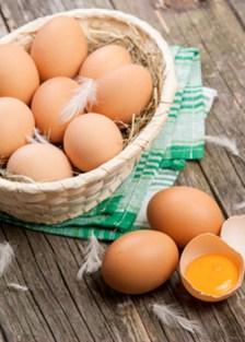 separar la clara y yema de huevo