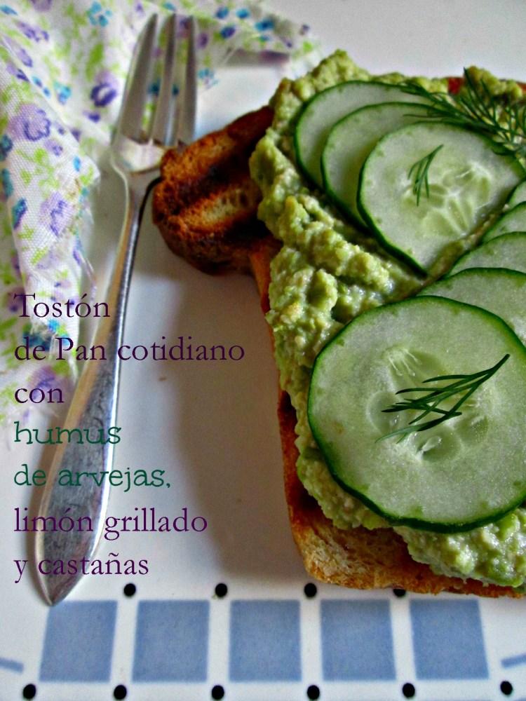 Tostón de Pan cotidiano (GF) con humus de arvejas, limón grillado y castañas