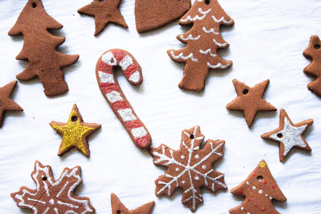 Easy cinnamon ornaments, cinnamon ornaments, cinnamon ornaments with no glue, coco and ash