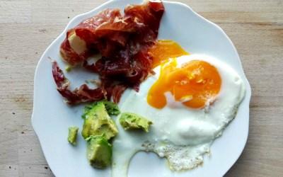 Huevo a la plancha con jamón ibérico y aguacate