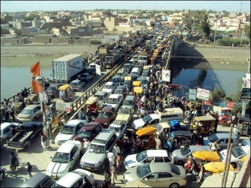 Gigantesque bouchon de voitures en ville