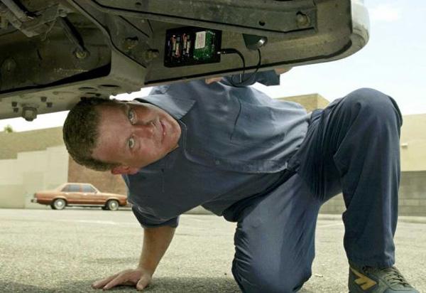 Traceur GPS sous une voiture