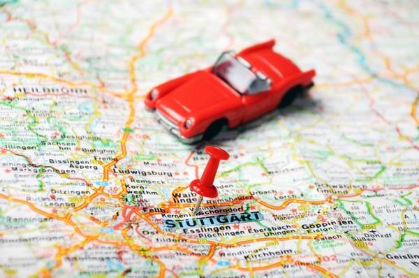 Voiture rouge sur une carte routière