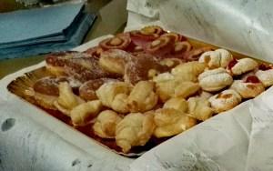 brioche e biscottini per la colazione dolce del pinguino