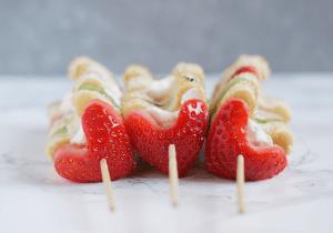 Brochetas de fruta saludable con fresas y kiwis para San Valentín - Receta de brunch