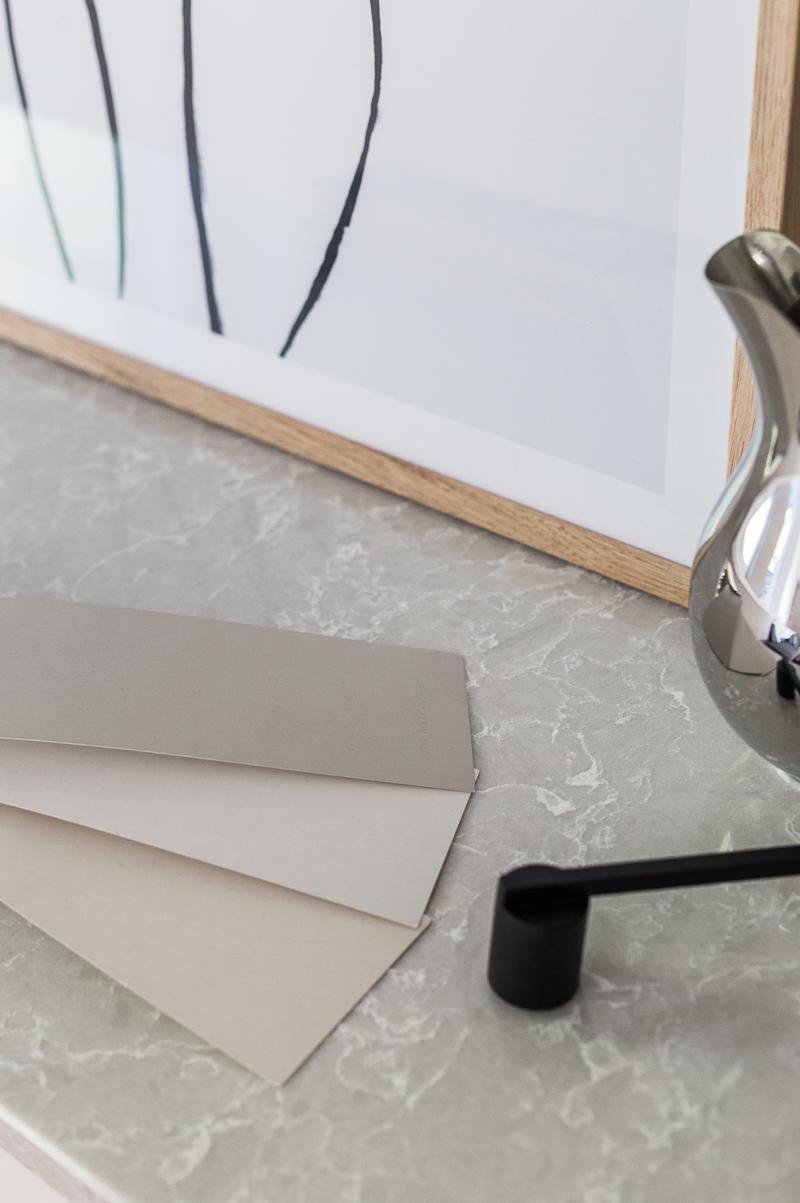sisustuksen väripaletti, Technistone kvartsitaso, Granitop, Farrow & Ball maalisävyt harmaa, Atmosfera, lämmin harmaa, greige, Purbeck Stone, Skimming Stone, Ikea Hack Metod kaapisto