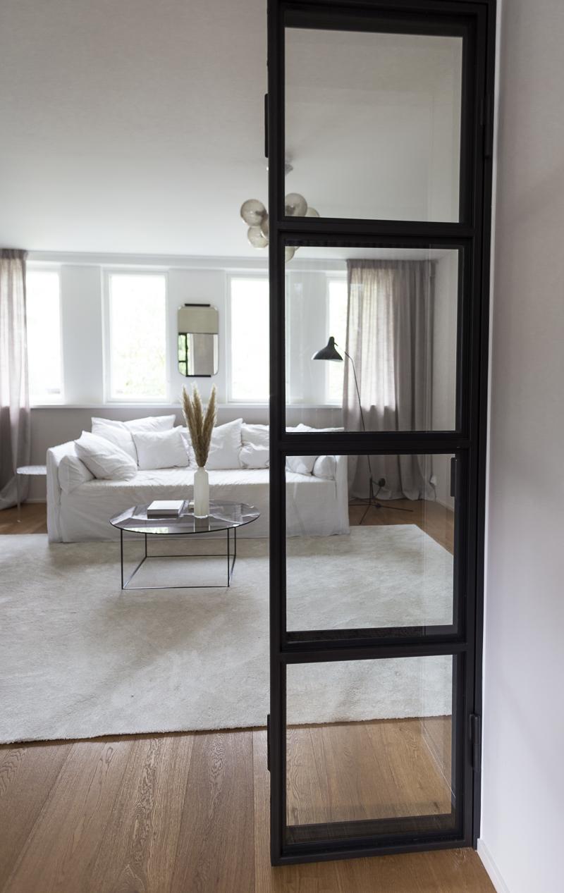 black steel frame doors, mustat lasiovet, musta ruudukkoseinä, musta ruudukko ovi, teräksiset ovet, coffee table diary olohuone