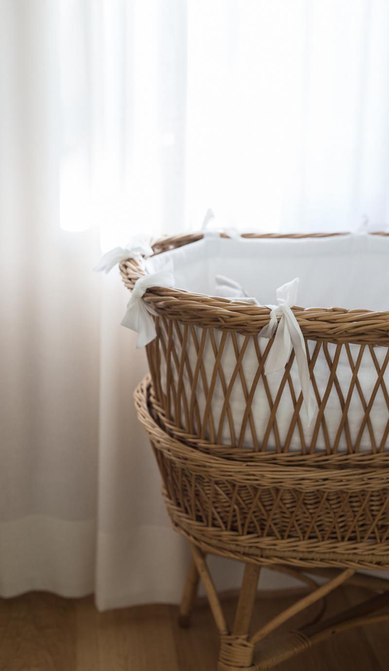 vauvanhoitopiste, vauvan huoneen sisustus, vauvan korisänky ja lakanat, vauvan vaatteiden säilytys