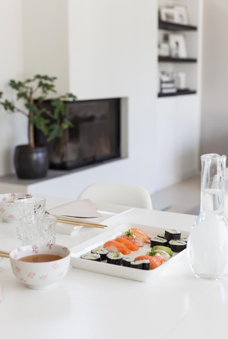 Kuistin kautta koti, olohuone, Le Grand Air sohva nojatuoli, moderni koti, sisustusalttari, kulmatakka