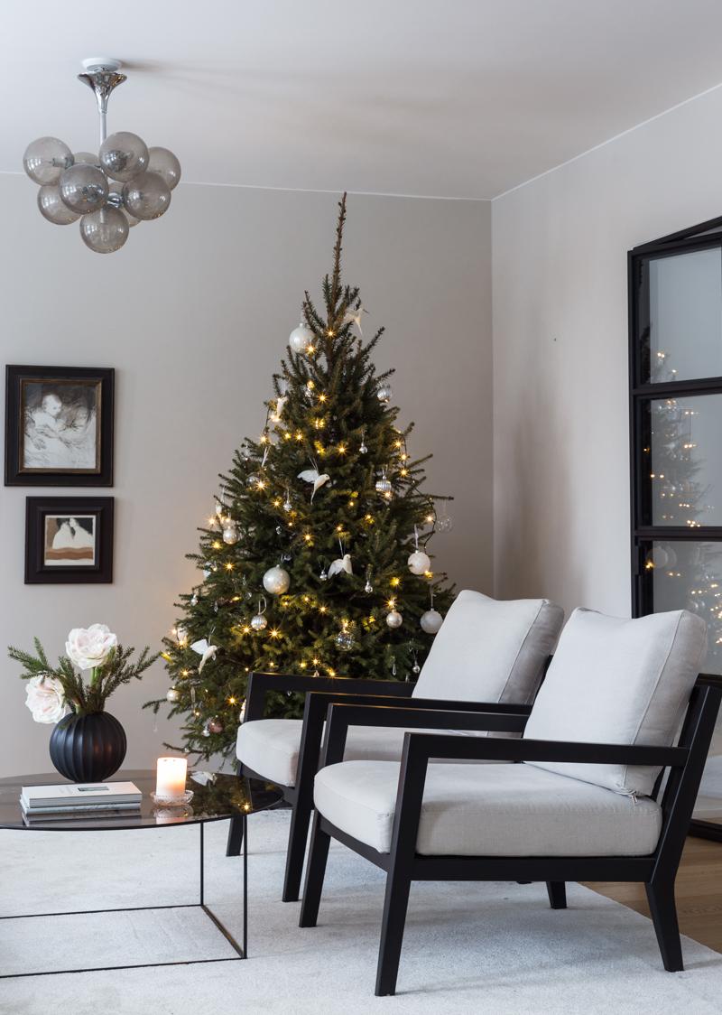 joulukuusi koristeltuna, suomalainen metsäkuusi