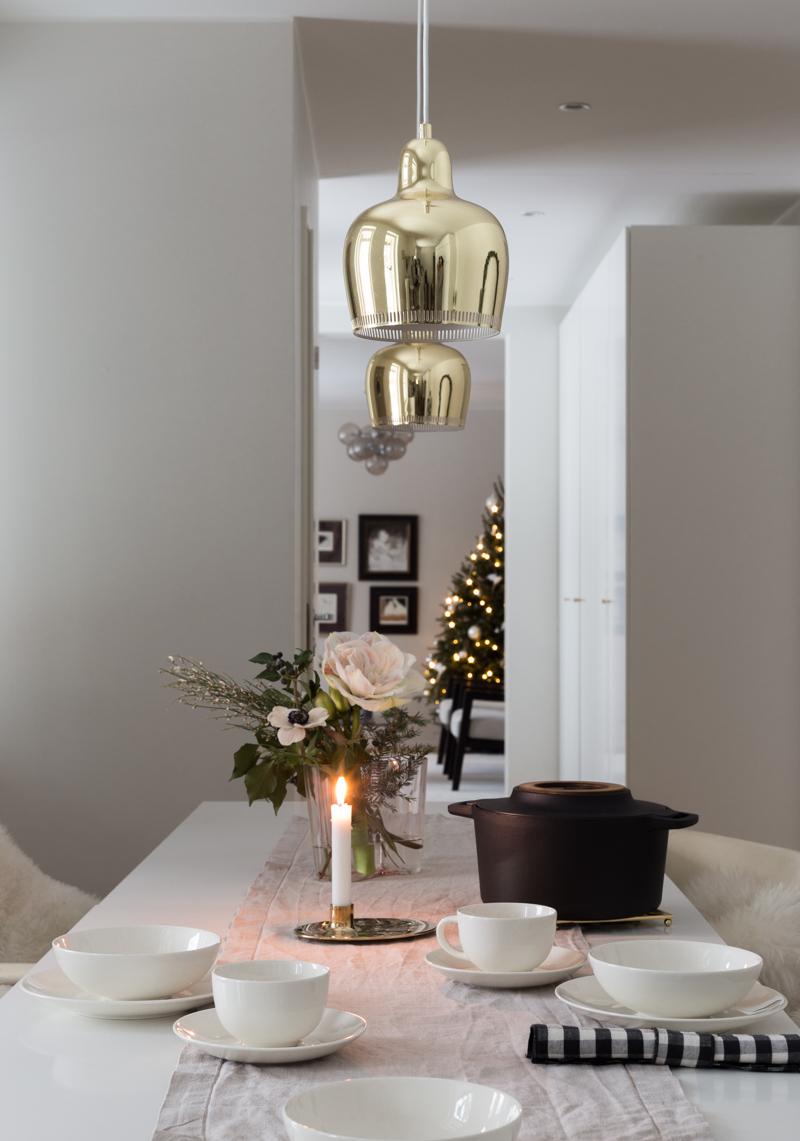 Puuroaamiainen, uunipuuro, Venner ruokakassi hyväntekeväisyys, Fiskars Norden pata, jouluinen aamiainen, Aalto-vaasi lohenpunainen, moderni joulukimppu, ruudulliset lautasliinat