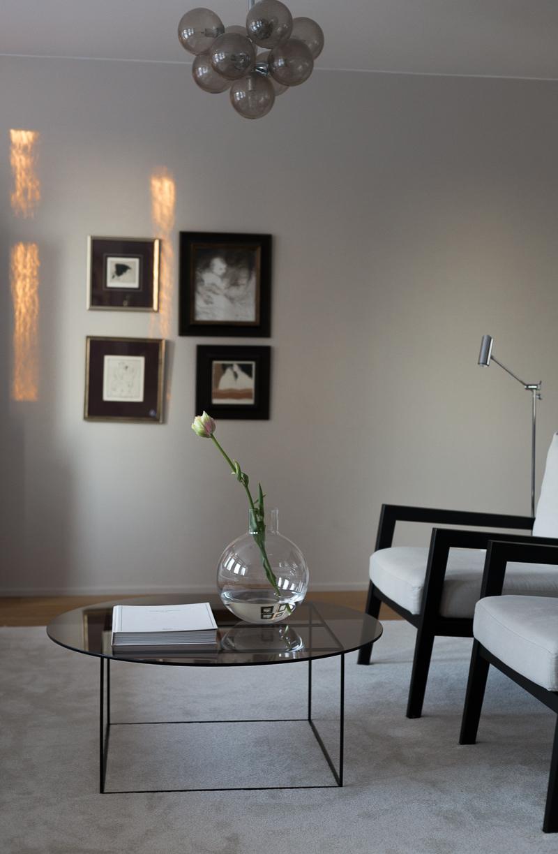 Skruf Pallo-vaasi, Carina Seth Anderson, ranskalainen tulppaani, Coffee Table Diary olohuone