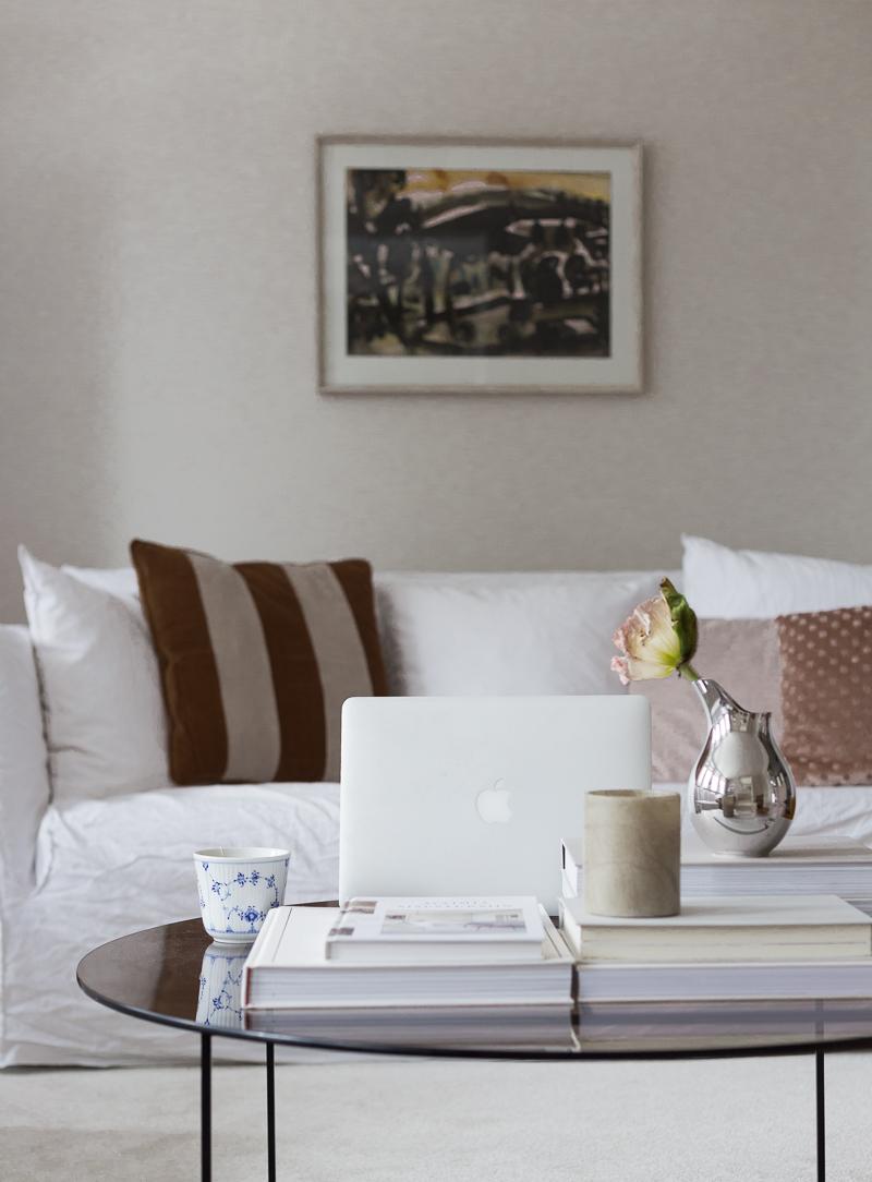 olohuoneen sohvapöydällä, todellisuus ja unelmia, vauva-arki, Royal Copenhagen, Georg Jensen, unikko maljakossa