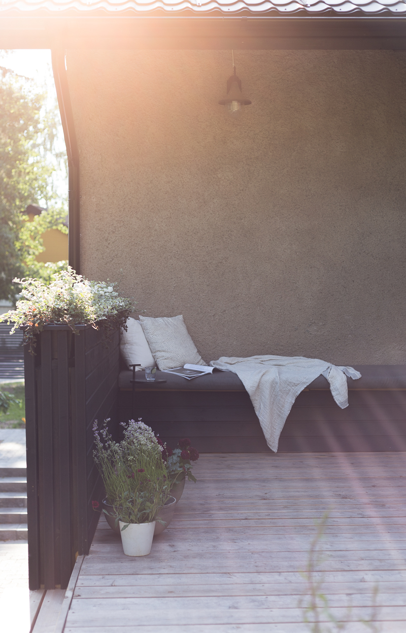 terassi, terassikaide, sohvapenkki, kaiteeseen upotetut parvekelaatikot