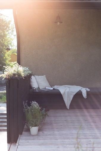 Puutarhassa: Uusi terassi ja sohvapenkki