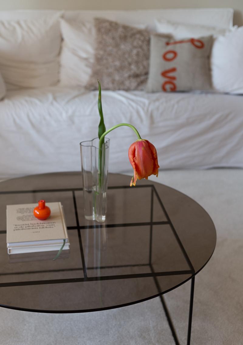 Marimekko Love-tyyny, Marimekko Mini-maljakko, oranssi sisustuksessa