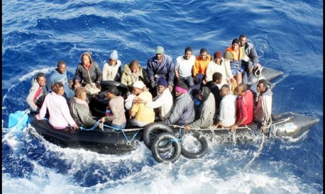 Immagine di una barca stracolma di migranti verso un altro paese in mezzo al mare