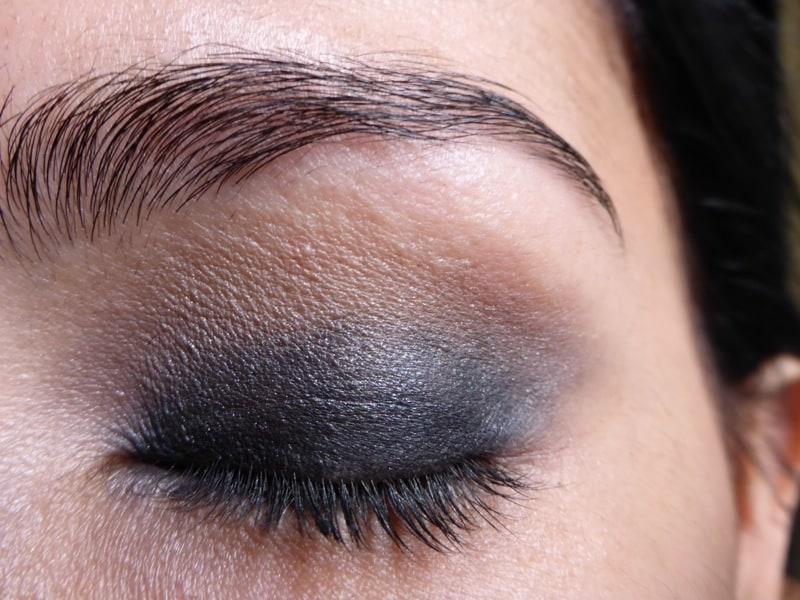 Tutorial Naked 2: Olho preto com esfumado vinho - Sombra Tease - aplicado (olho fechado)