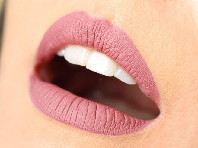 Matte Lip Kit Kylie Cosmetics Posie K lábios