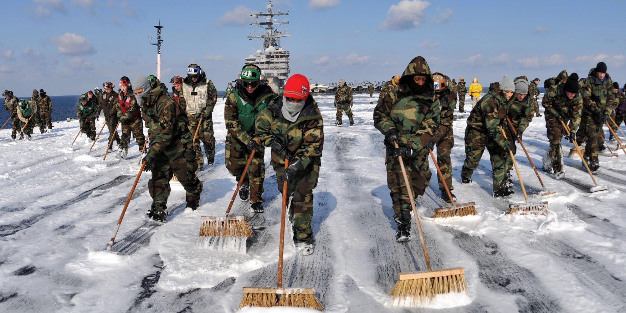 soldados ajudam a limpar Fukushima, Japão