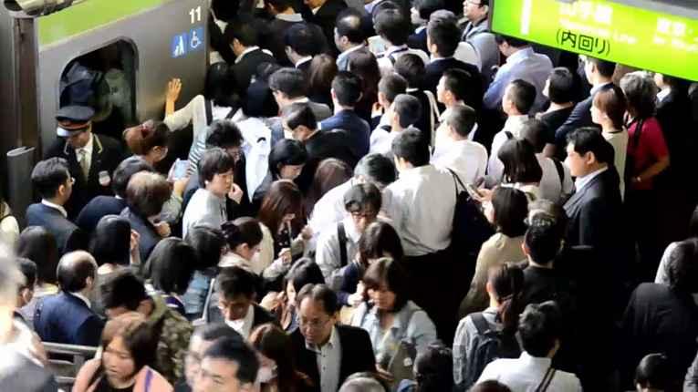 Metrô do Japão lotado