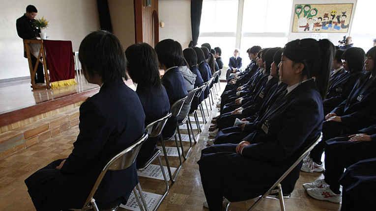 Estudantes japoneses sentados