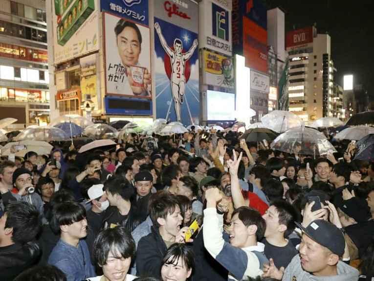 Pessoas reunidas nas ruas do Japão
