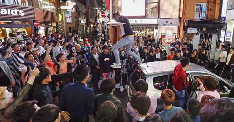 Pessoa em cima de carro em Shibuya
