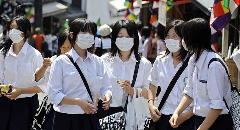 Japonesas usando máscaras