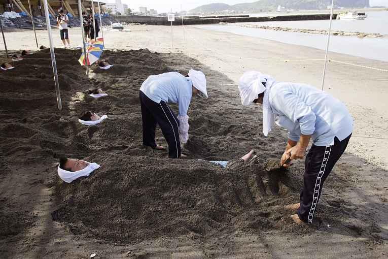 Pessoas sendo enterradas