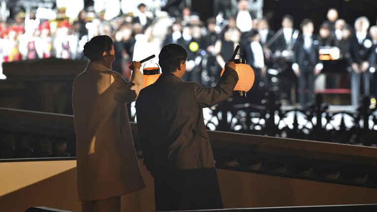 Naruhito e Masako segurando lanternas em show