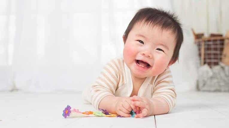 Menino bebê sorrindo
