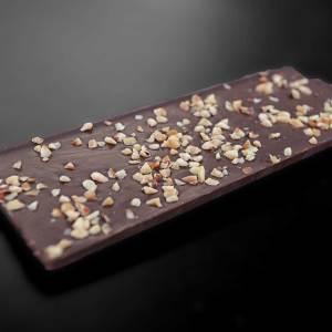 Hořká tabulka čokolády s ořechy 72%