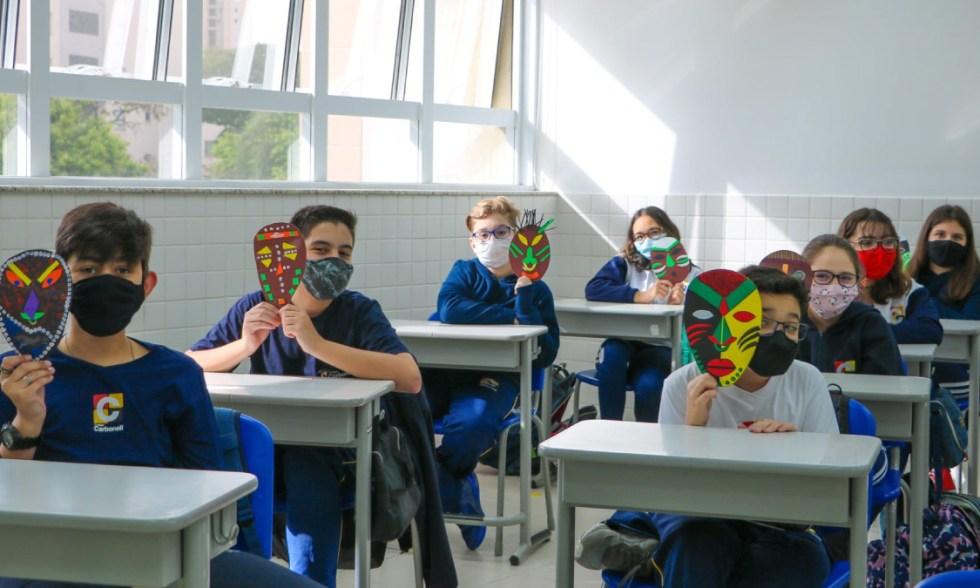 África! Alunos confeccionam Máscaras Africanas e as expõem nos corredores do Colégio Carbonell!