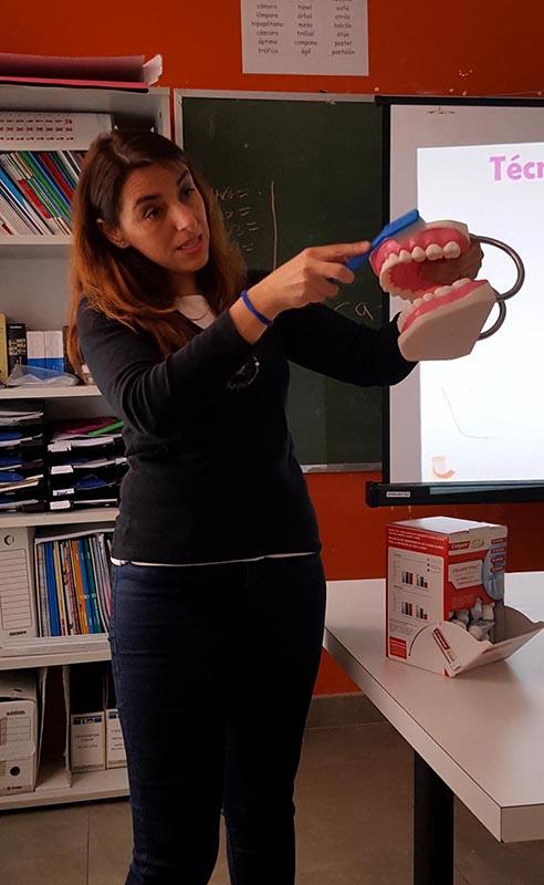 La colegiada Pilar Regadera en un momento de su exposición sobre los buenos hábitos de higiene bucal y prevención en la salud oral