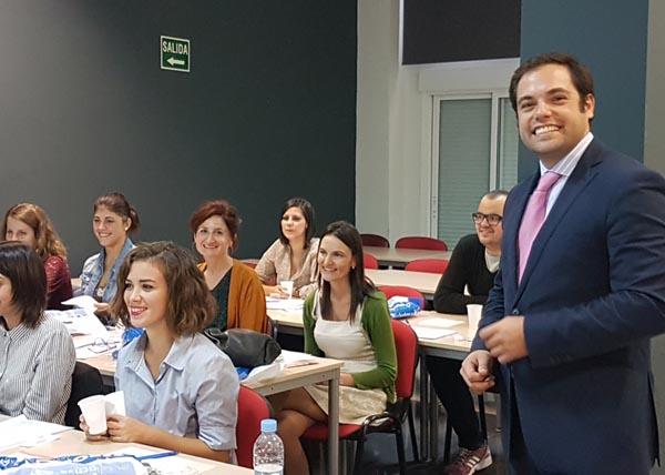 El Dr. Jaime Muñoz junto a los alumnos en el momento de realizar la parte práctica del curso Xerostomía ern pacientes polimedicados, Oncológicos y Diabéticos, 2016.