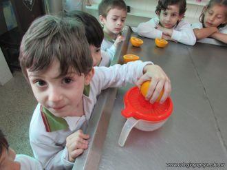 Salas de 4 preparan Jugo de Naranjas 1