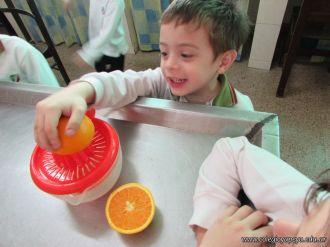 Salas de 4 preparan Jugo de Naranjas 23